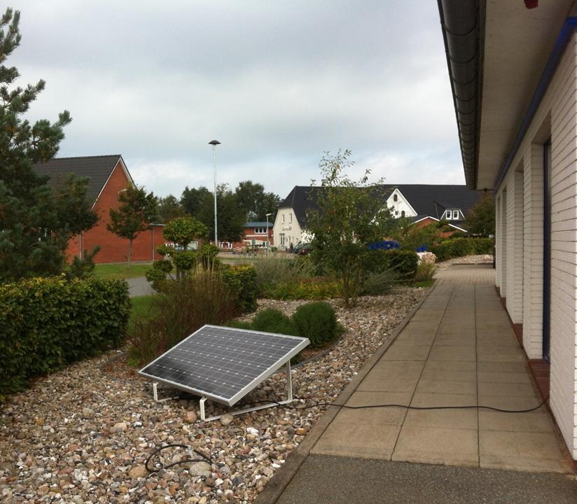 miniJOULE plug&play Solaranlage installiert im Vorgarten
